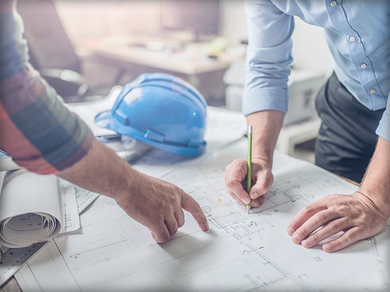 Mężczyzna wskazujący punkt naplanie budowy